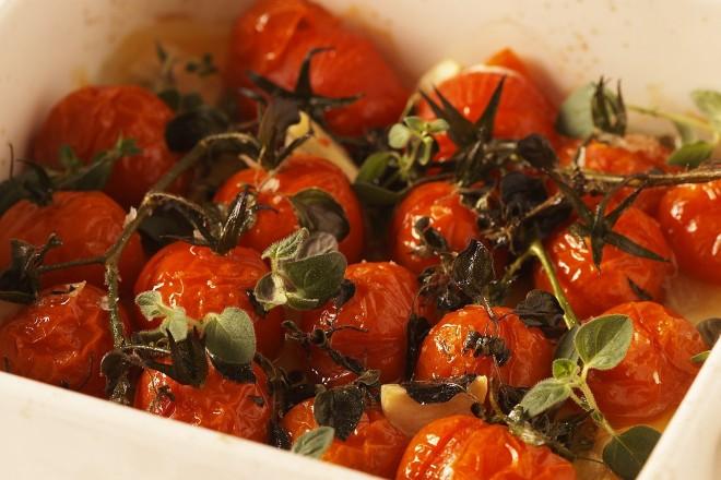 Ovnsbakte cherrytomater med urter Oppskrift