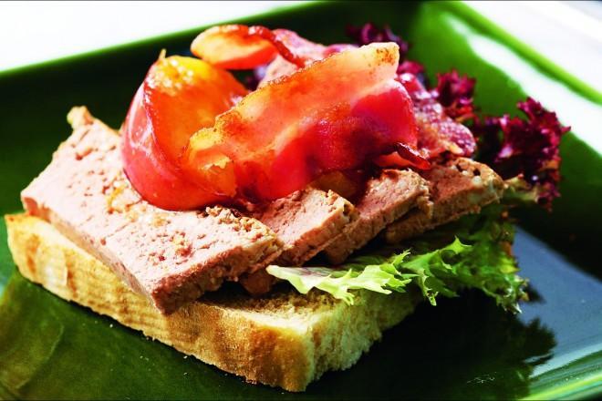 Ristet brød med leverpostei, stekte epler og bacon Oppskrift