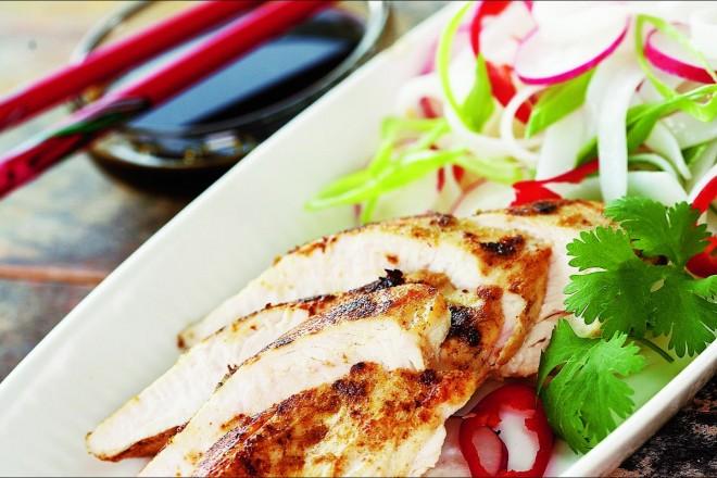 Saftig thaistekt kylling med nudelsalat Oppskrift