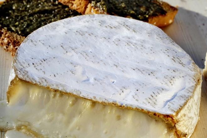 Varm ost på furufjøl Oppskrift