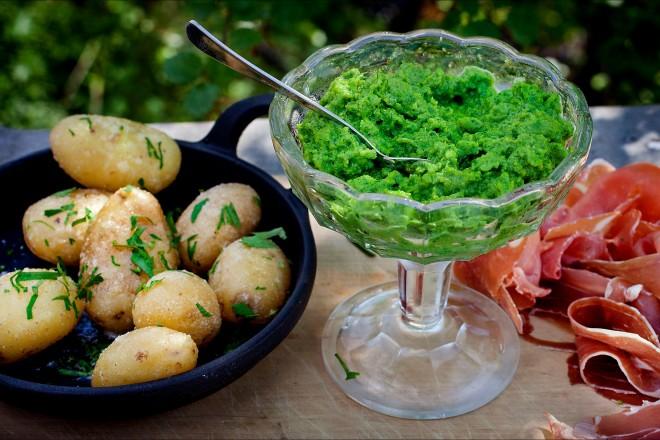 Spekemat med grønn eggerøre og lune poteter Oppskrift
