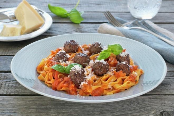 Kjøttboller med tomatsaus og pasta Oppskrift
