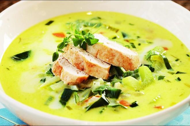 Fyldig oste- og grønnsaksuppe med kylling Oppskrift