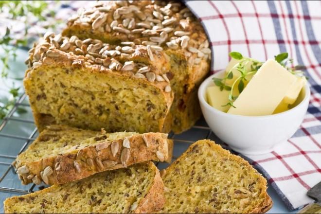 Grovt glutenfritt brød med gulrot og frø Oppskrift