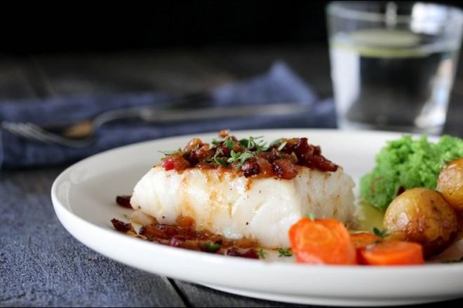 Trine Sandbergs torsk med baconsmør og ertepuré Oppskrift