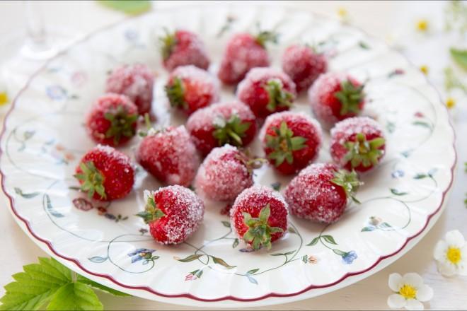 Jordbær med rosévin Oppskrift