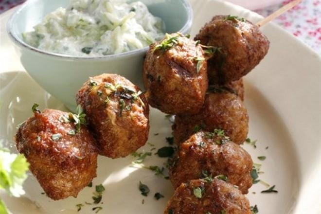 Greske lammeboller på spyd - med gresk salat og tzatziki Oppskrift