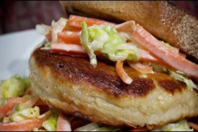 Seiburger med coleslaw Oppskrift