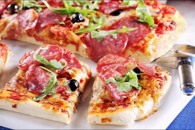 Bilde av Panpizza med salami og mozzarella