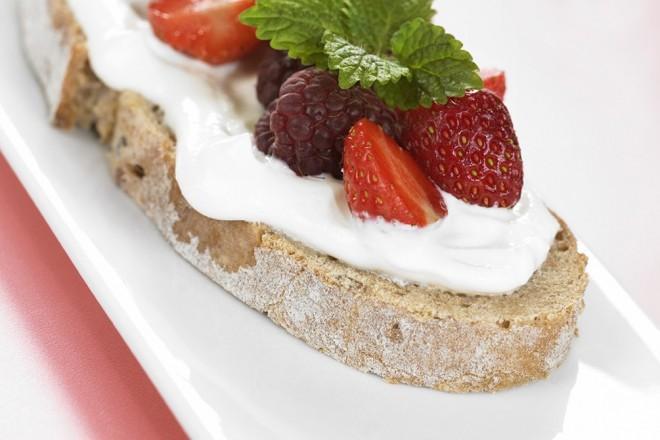 Brød med kesam og friske bær  Oppskrift