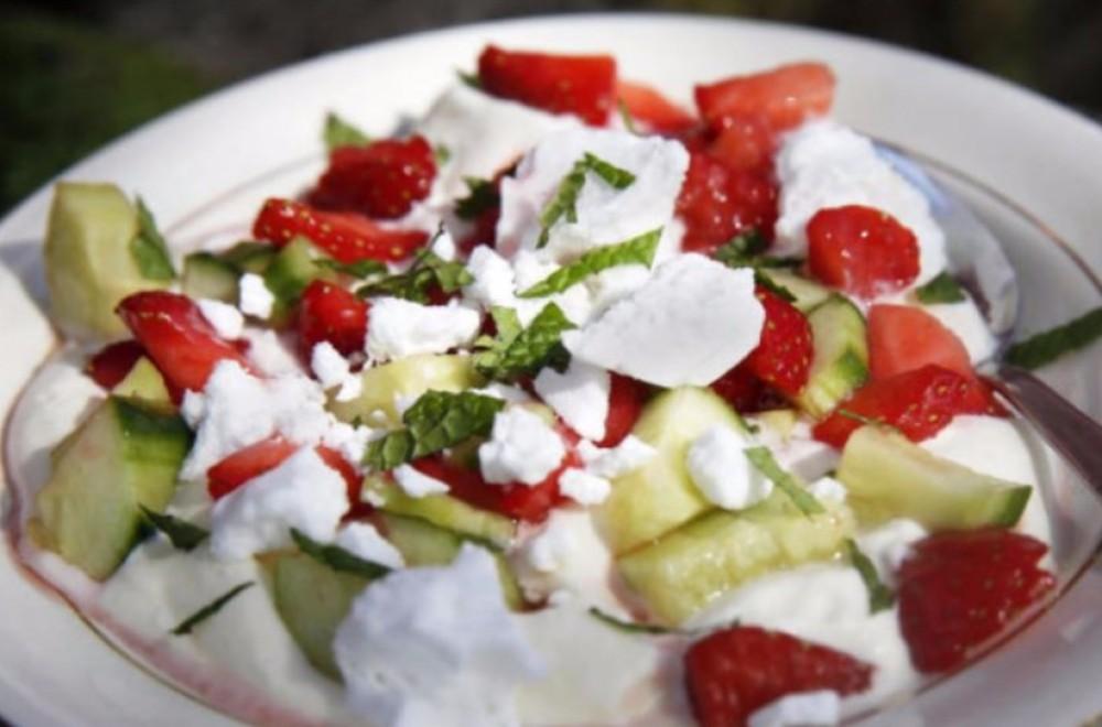 Jordbær- og agurksalat Oppskrift