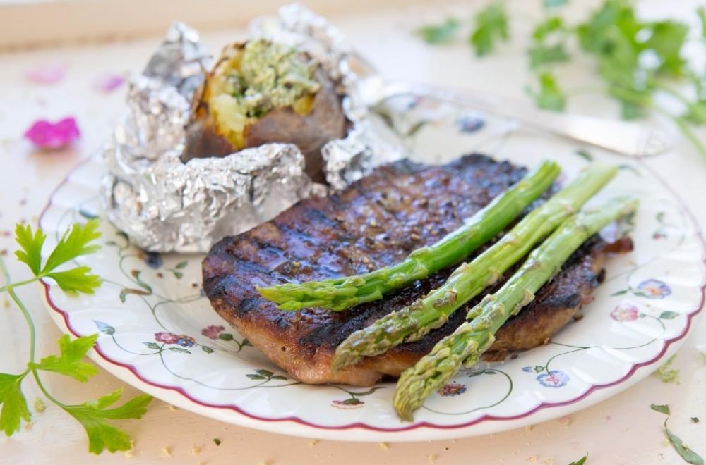 Grillet biff med bakt potet og kryddersmør Oppskrift