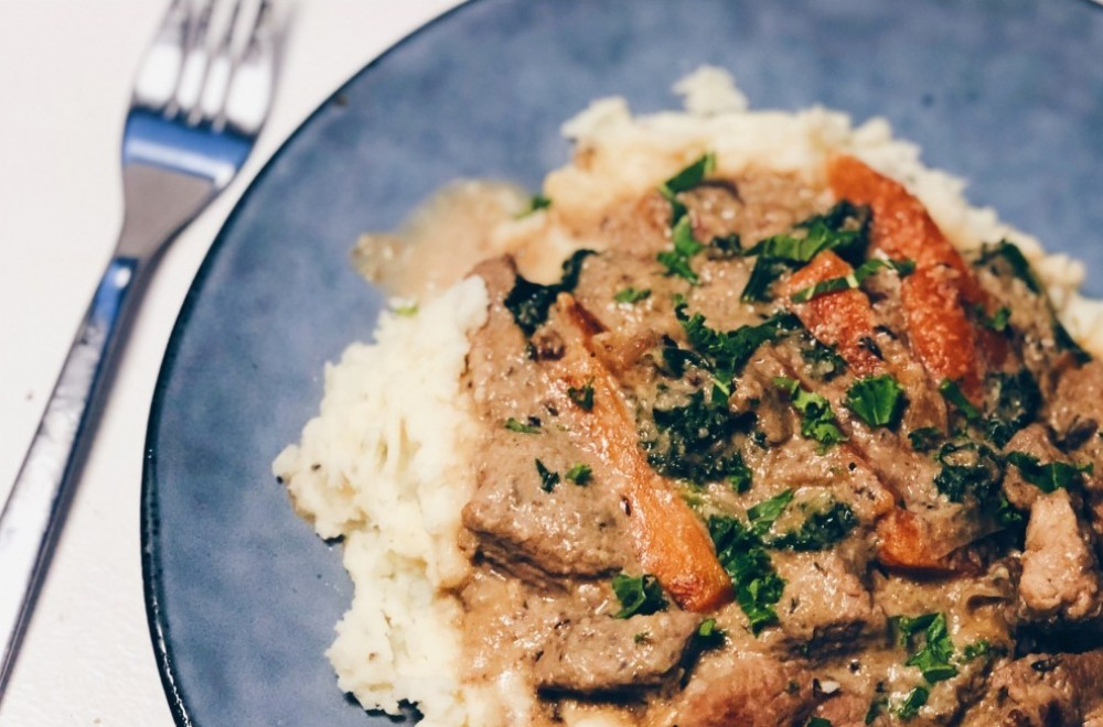 Kjøttgryte med rotgrønnsaker og champignonsaus  Oppskrift
