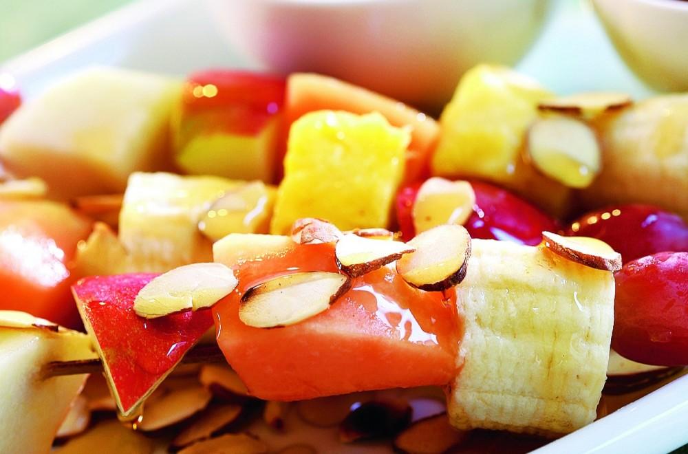 Frukt på spidd med ristede mandler og yoghurt Oppskrift