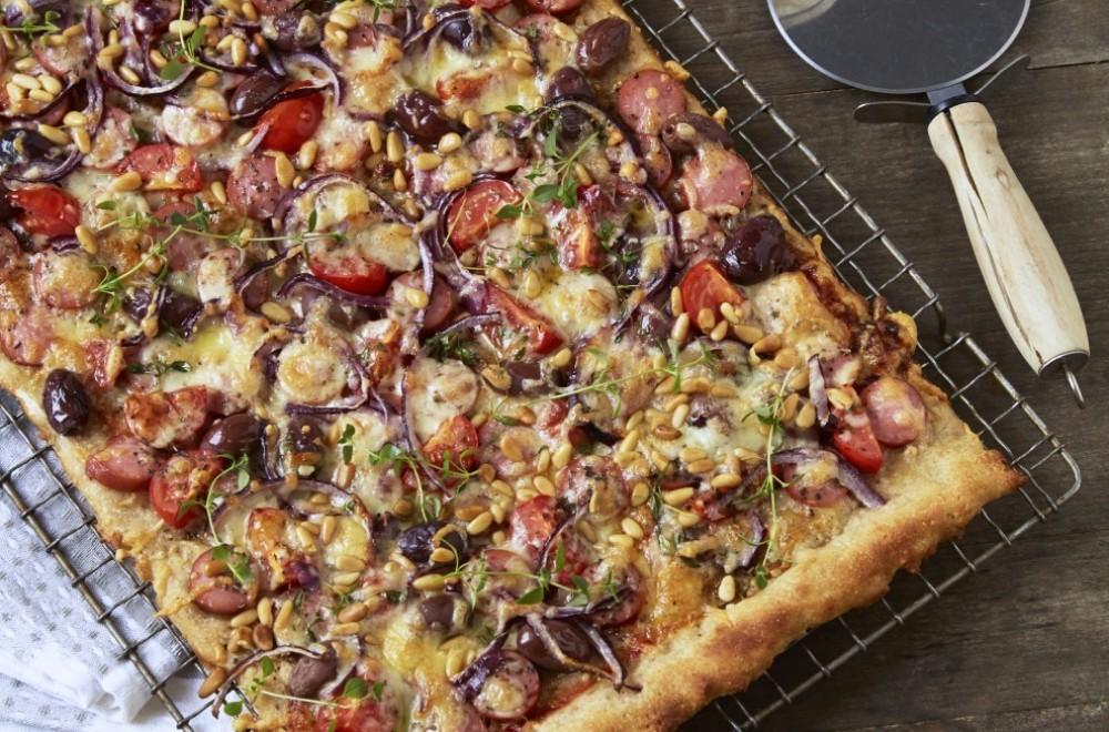 Fredagspizza med pølser Oppskrift