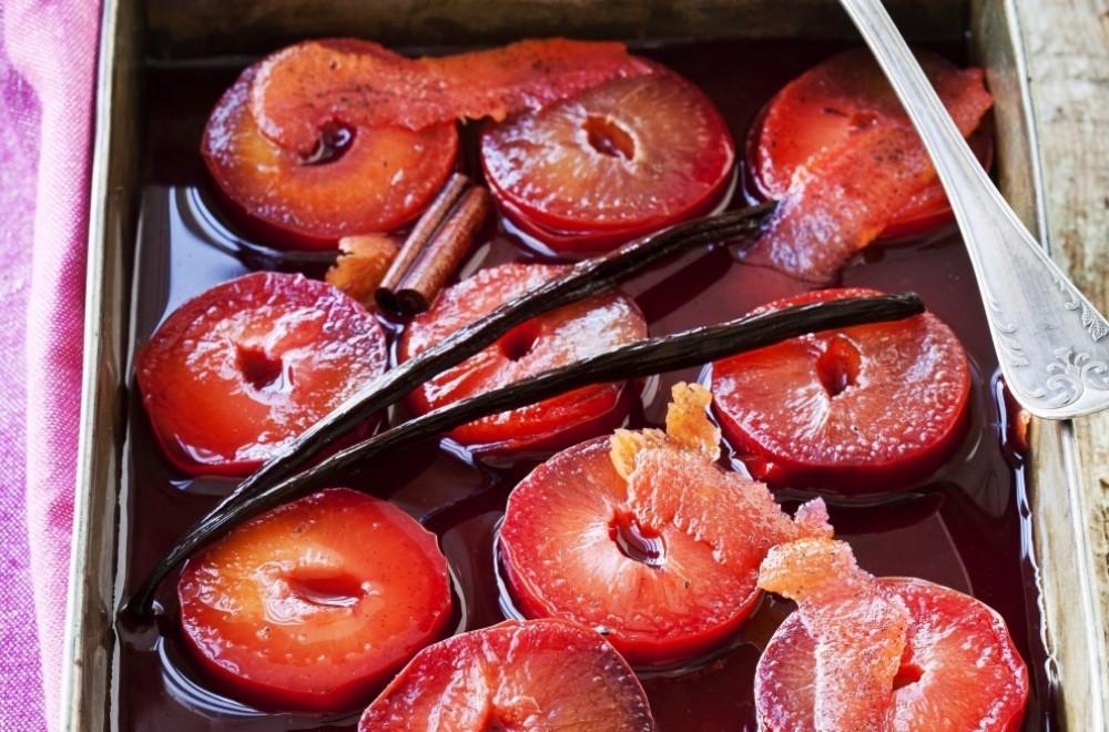 Bilde av Vaniljekokte plommer med mandelkrem