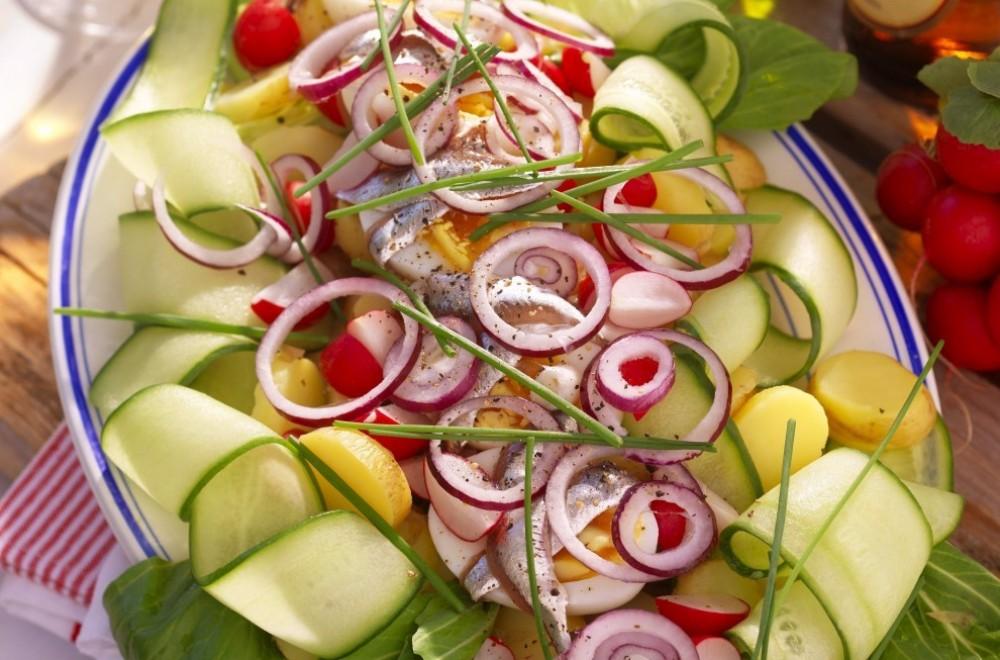 Fersk potetsalat med egg og ansjos Oppskrift
