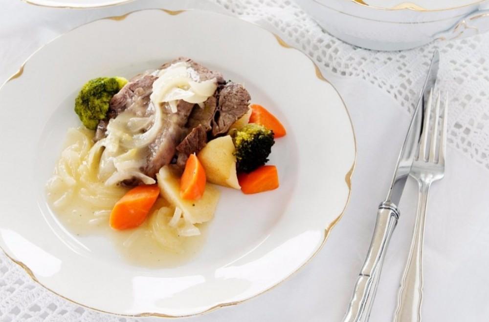 Ferskt kjøtt og løksaus med grønnsaksuppe Oppskrift